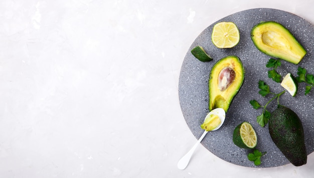 Aguacate, lima, perejil. concepto de dieta saludable o comida.