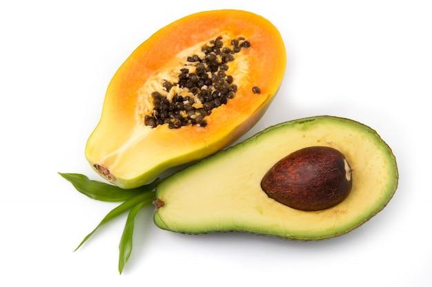 Aguacate y papaya medio corte.