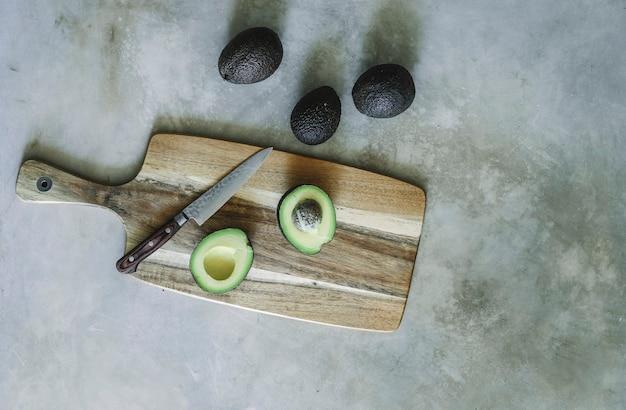 Aguacate en una tabla de cortar de madera