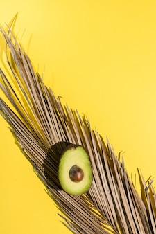 Aguacates cortados en amarillo aislado