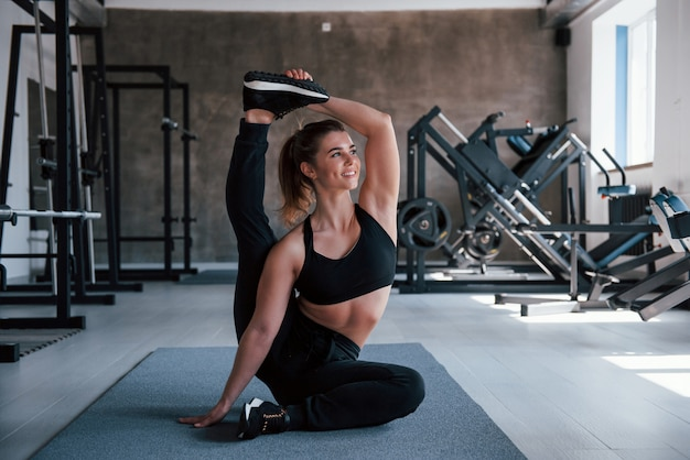 Aguanta así por algún tiempo. foto de hermosa mujer rubia en el gimnasio en su fin de semana