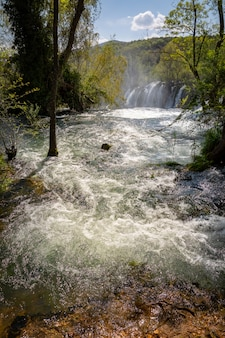 Aguas arriba de la cascada de kravice en el río trebizat en bosnia y herzegovina
