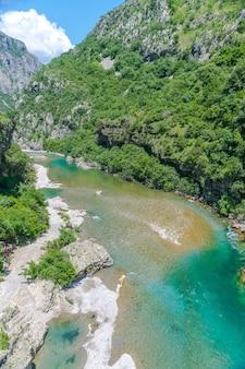 Las aguas más puras del color turquesa del río moraca fluyen entre los cañones. montenegro.