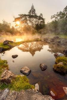 Aguas termales del ambiente en tiempo de la salida del sol en el parque nacional de jaeson en lampang, tailandia. con efecto hdr