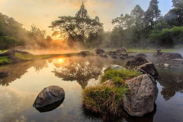 Aguas termales del entorno en el momento de la salida del sol en el parque nacional jaeson en la provincia de lampang, tailandia
