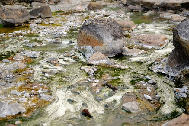 Aguas termales geotérmicas de agua mineral.