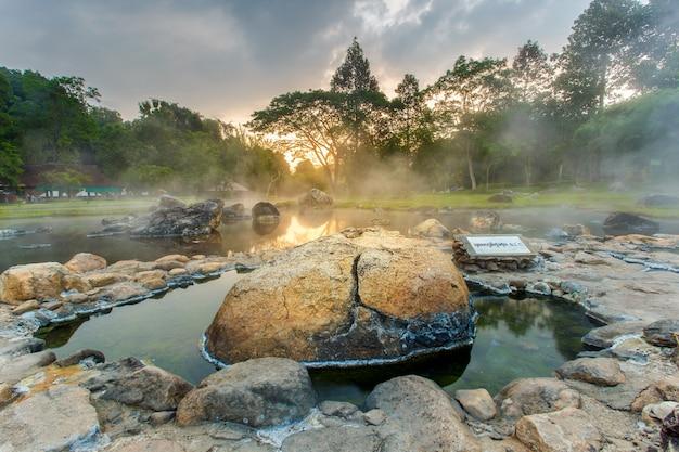 Aguas termales del medio ambiente en el momento de la salida del sol en el parque nacional jaeson i; tailandia.con efecto hdr