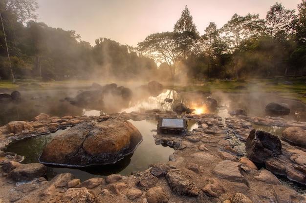 Aguas termales del medio ambiente en el momento de la salida del sol en el parque nacional jaeson en la provincia de lampang, tailandia
