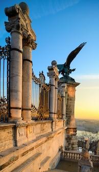 Águila turul por la puerta del palacio de buda en budapest
