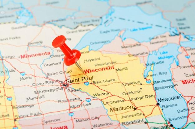 Aguja clerical roja en un mapa de estados unidos, wisconsin y la capital madison. cerrar mapa de wisconsin con tachuela roja
