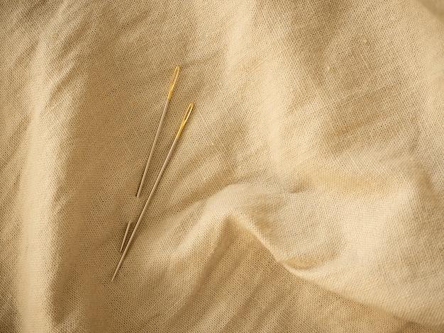 Aguja y fondo de textura de lino natural.