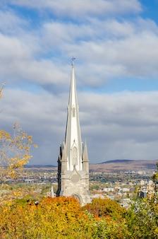 La aguja de la iglesia en la vieja ciudad de quebec, canadá