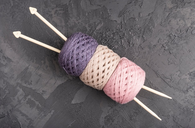 Agujas e hilo de lana en pizarra