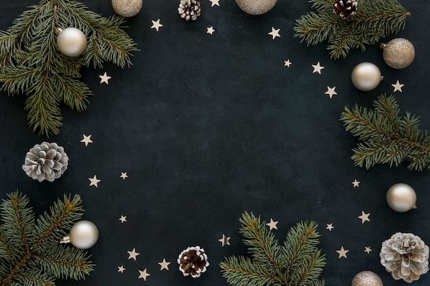 Agujas de pino natural y globos navideños sobre fondo oscuro