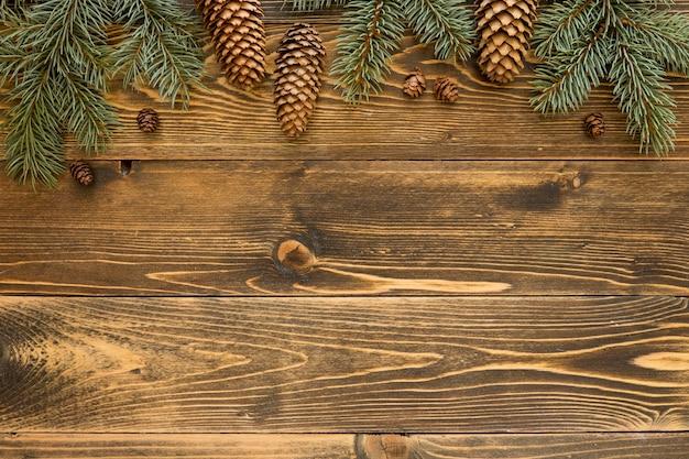 Agujas de pino natural vista superior en tablero de madera