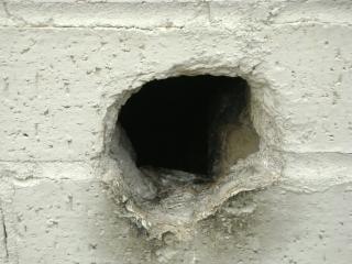 Agujero en la pared de hormigón
