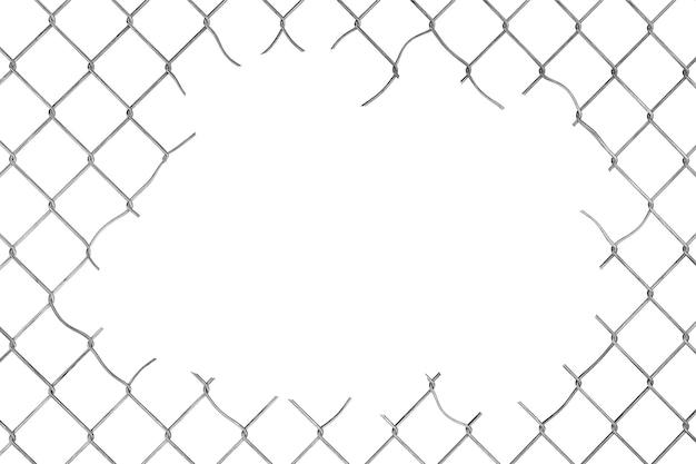 Agujero en la valla de malla de alambre sobre un fondo blanco.