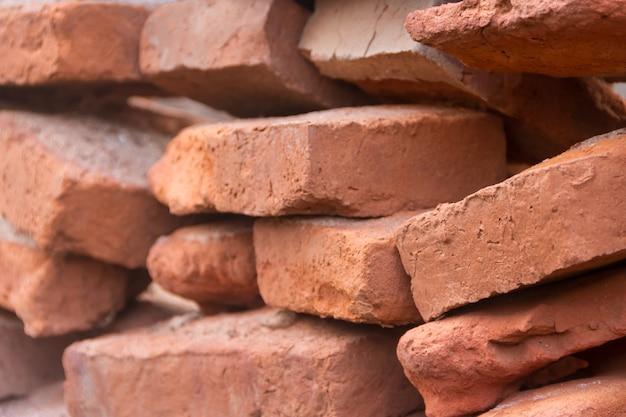 Agujero en un viejo muro de ladrillo colapsando