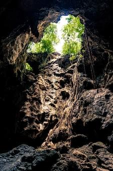 Uno de los agujeros de apertura en la parte superior de la cueva phraya nakorn en hua hin, tailandia