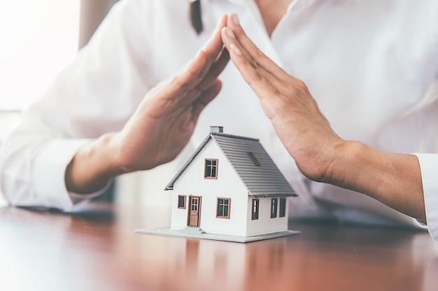 Ahorrando dinero para casa y bienes raíces.