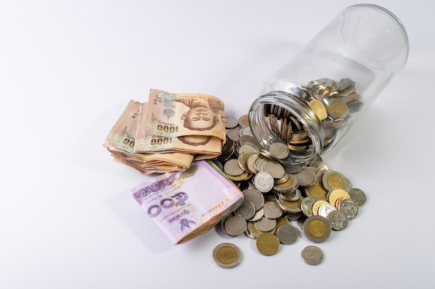 Ahorrar dinero, ahorrar dinero para el futuro antes de la vida. y plata sobre fondo blanco