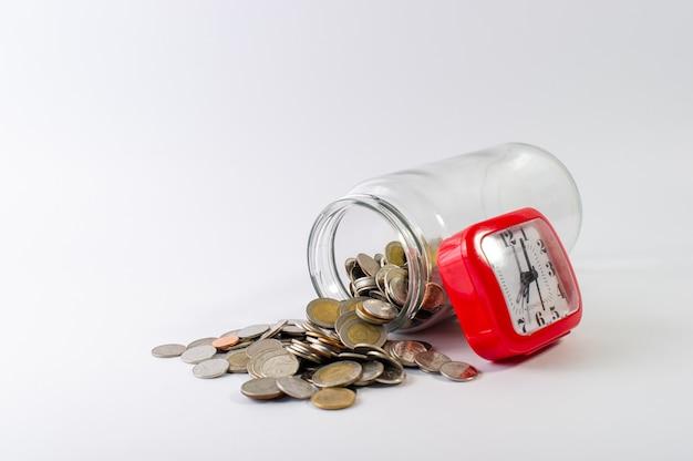 Ahorrar dinero, ahorrar dinero para el futuro antes de la vida.