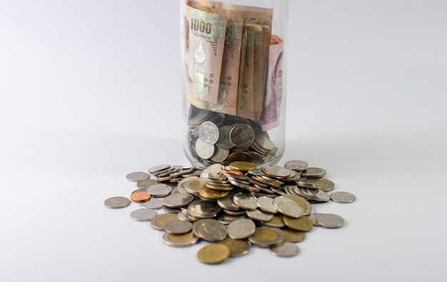 Ahorrar dinero, ahorrar dinero para el futuro por delante de la vida. y plata sobre fondo blanco