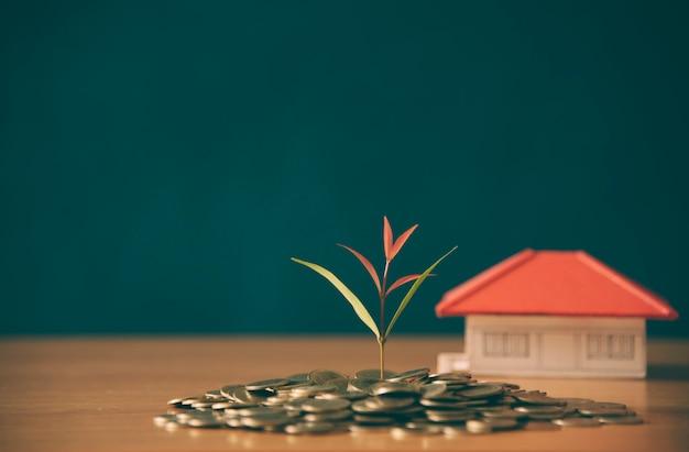 Ahorrar dinero para bienes raíces con la compra de una nueva casa y un préstamo para preparar en el futuro concepto.
