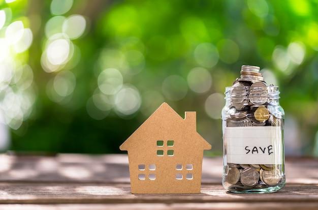 Ahorrar dinero en una botella, tener un vaso lleno de dinero / ahorrar para el futuro.