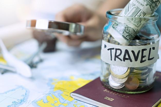 Ahorrar dinero en un frasco de vidrio para viajar en el mapa