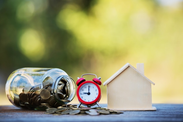 Ahorrar dinero para invertir en la compra de una casa o un inmueble en el futuro.