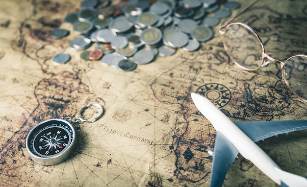 Ahorrar dinero para viajar en el mundo en concepto de mapa vintage