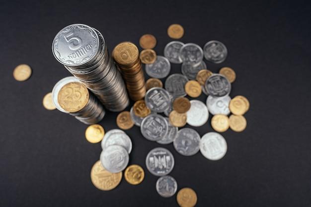 Ahorrar dinero pilas de monedas torre superficie oscura