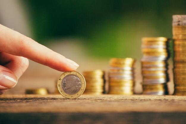Ahorre dinero con monedas de dinero para hacer crecer su negocio