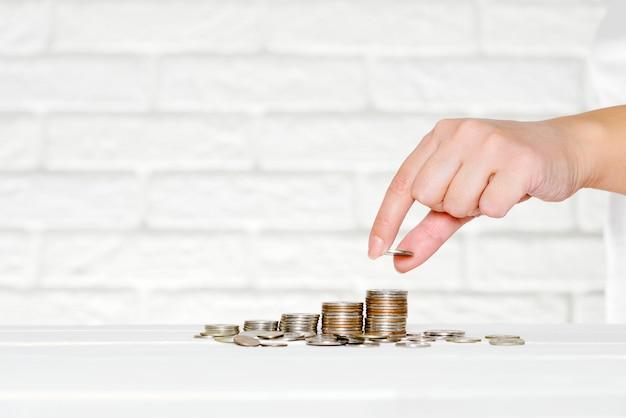Ahorro y acumulación de dinero, monedas, pensiones.