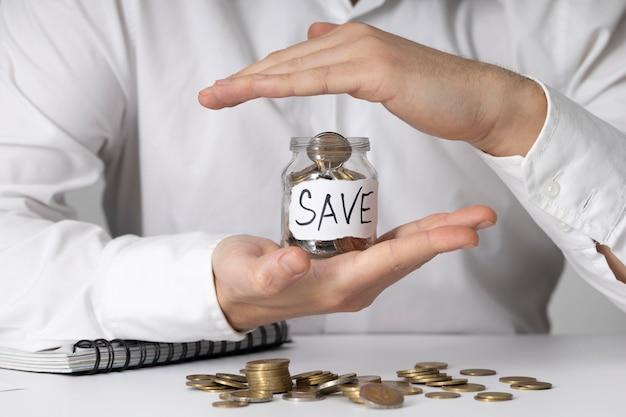 Ahorro de dinero en un arreglo de tarro