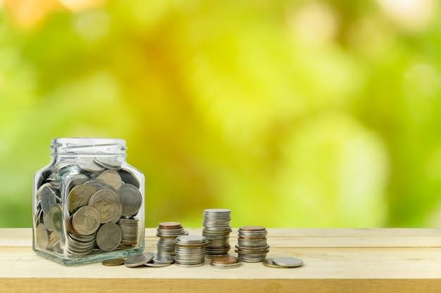 Ahorro de dinero en la botella de vidrio por concepto de dinero
