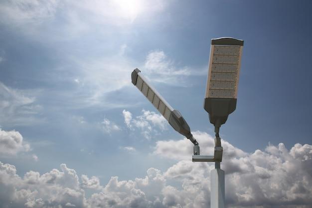 Ahorro de energía del poste de luz led solar en el cielo.