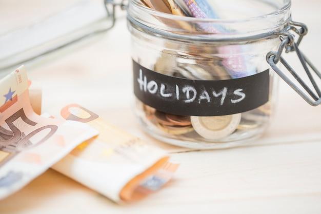 Ahorro en el frasco de vidrio para vacaciones