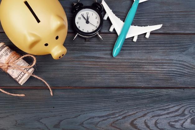 Ahorro de planificación para el presupuesto de viaje del concepto de vacaciones sobre fondo de madera