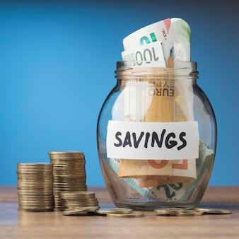 Ahorro en tarro de cristal con billetes