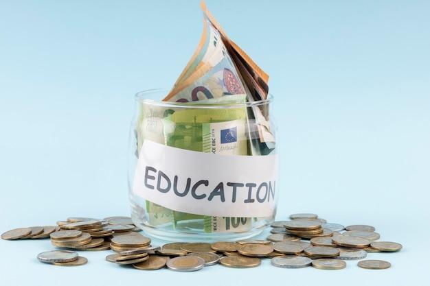 Ahorros para educación en un arreglo de frascos