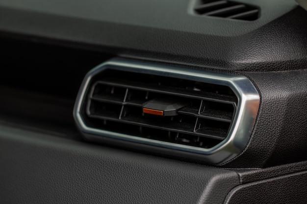 Aire acondicionado de coche vista cercana. el aire acondicionado fluye dentro del automóvil. detalle del interior del coche. conductos de aire.