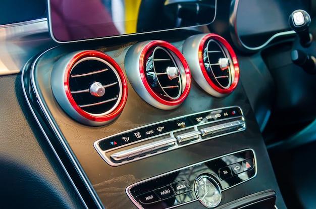 Aire acondicionado moderno en el coche.