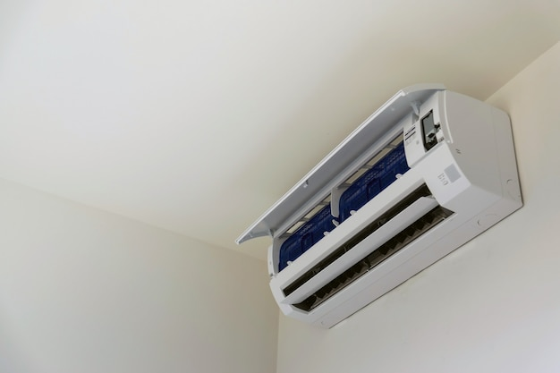 Aire acondicionado montado en la pared, usado para el hogar u oficina. Foto Premium