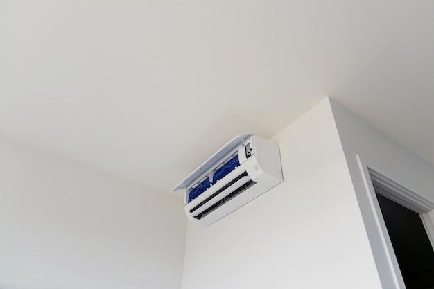 Aire acondicionado montado en la pared, usado para el hogar u oficina.