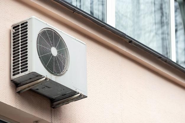 Aire acondicionado en la pared exterior del edificio.