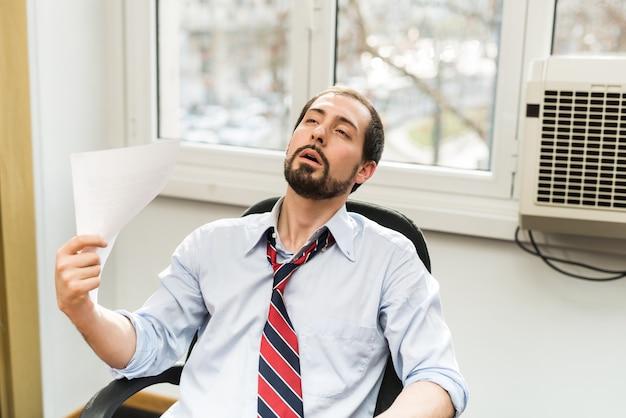 Aire acondicionado roto, la oficina está demasiado caliente