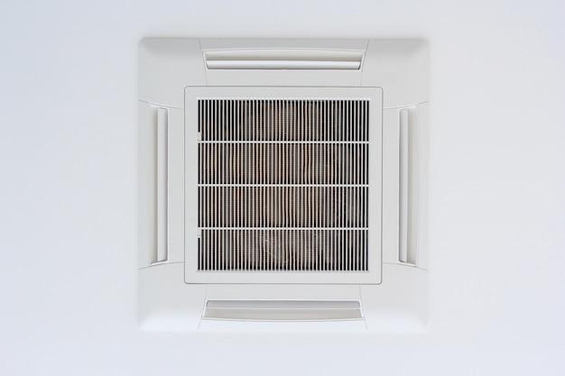 Aire acondicionado tipo cassette montado en el techo.