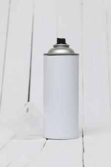 El aire presionado puede en blanco aislado en un fondo blanco.